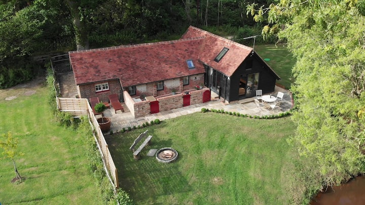 Stylish rural retreat nr Brighton -hot tub 4G WiFi