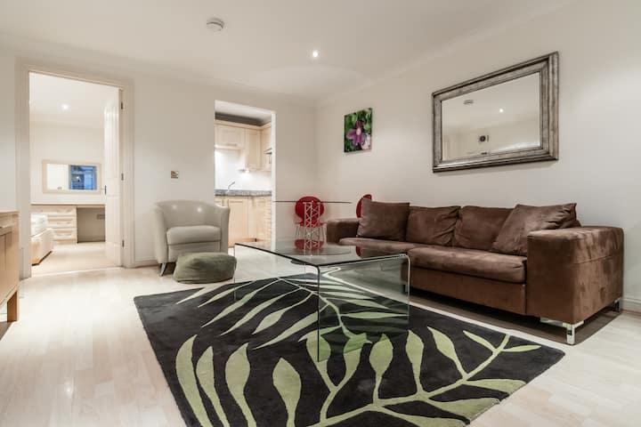 Beautiful 1 Bedroom apartment next to Kew Gardens!