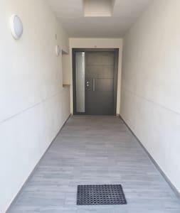 accés du parking sans marche. porte 90cm d'ouverture.