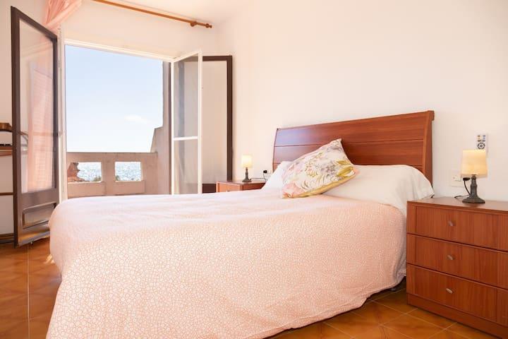"""1 planta.- Habitación de matrimonio con mucha luz natural, acceso al balcón con espectaculares vistas a la playa del """"Baconer"""""""