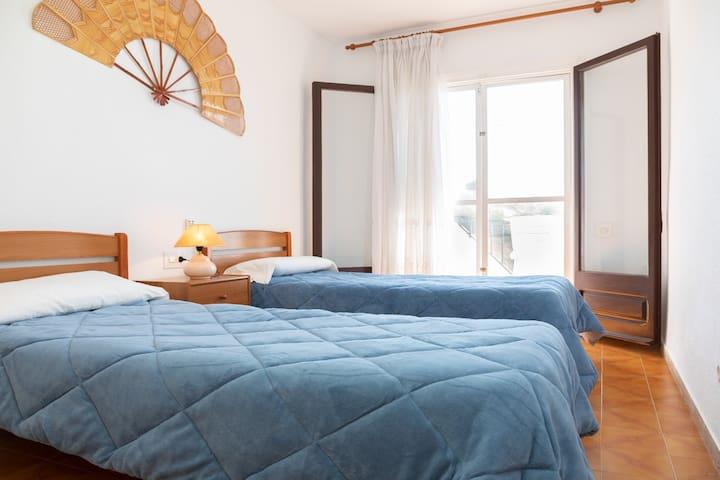 """1 planta.- Habitación con dos camas individuales ,con mucha luz natural y acceso al balcón con espectaculares vistas a la playa del """"Baconer"""""""