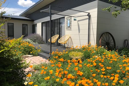 Modern Guesthouse - Great location, Secure parking