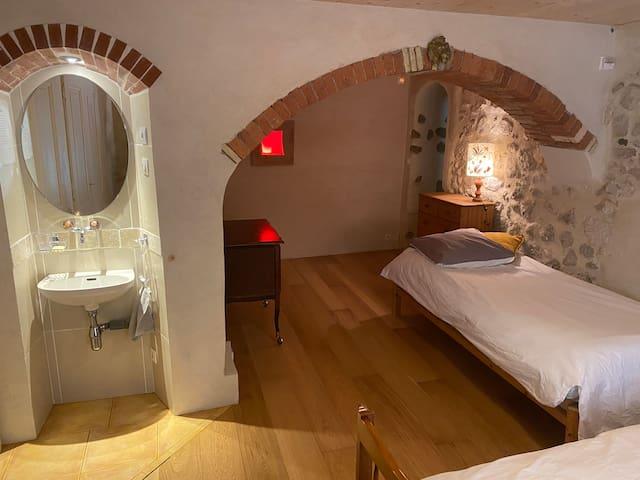 La chambre voutée avec 3 couchages et sa niche lavabo.