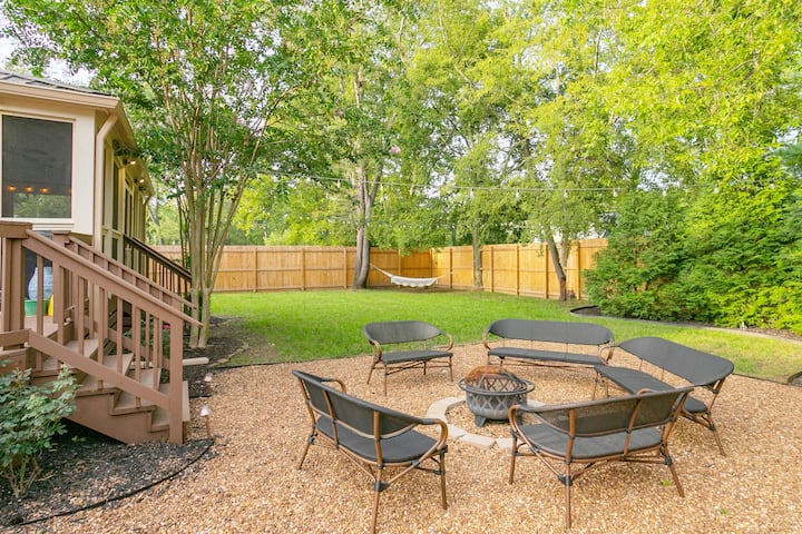 Backyard Oasis 4 Miles to Downtown! Hot Tub!