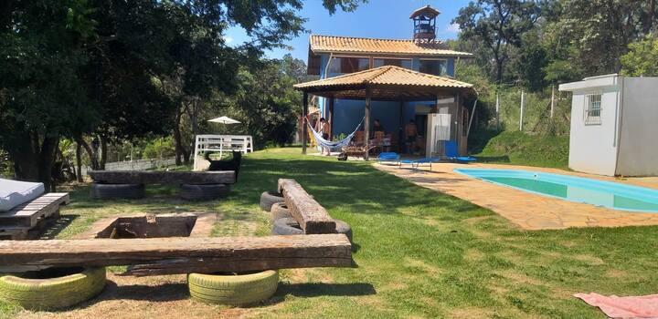 Chalé aconchegante, piscina, quiosque e natureza