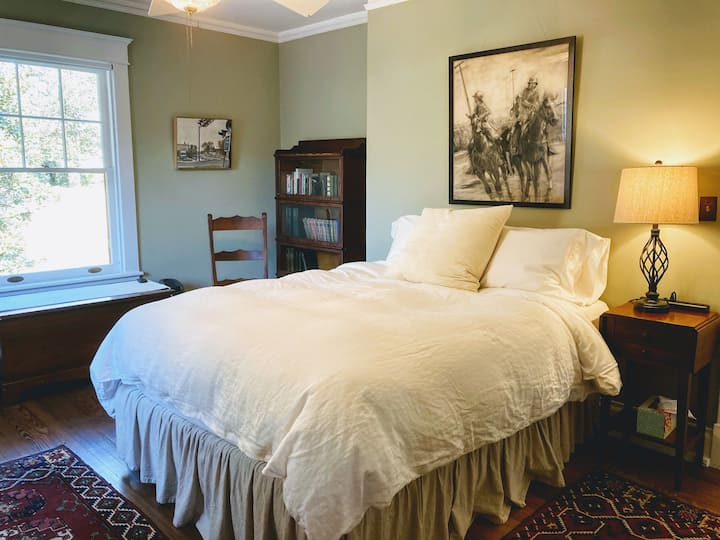 Private Queen Room in Historic Home on edge of UVA