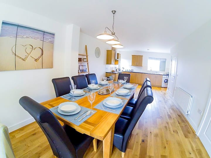 Spacious and stylish 4-bed townhouse w/ Sea Views!