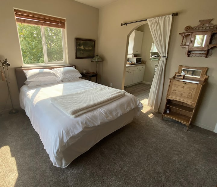 Romantic Whispering Pines Suite in the Country