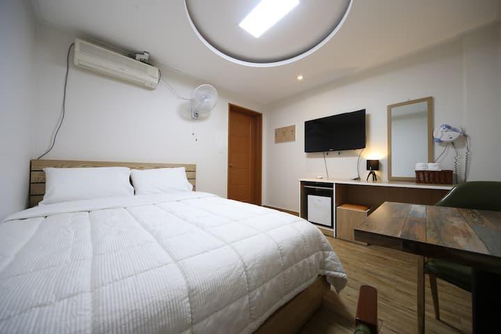 더블베드-관광지 다니기에 편한 경주 숙소 굿드림미니호텔