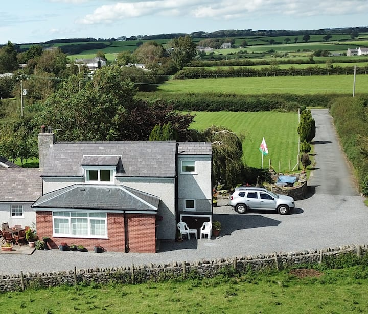 Ty Newydd Cottage with stunning views of Snowdonia