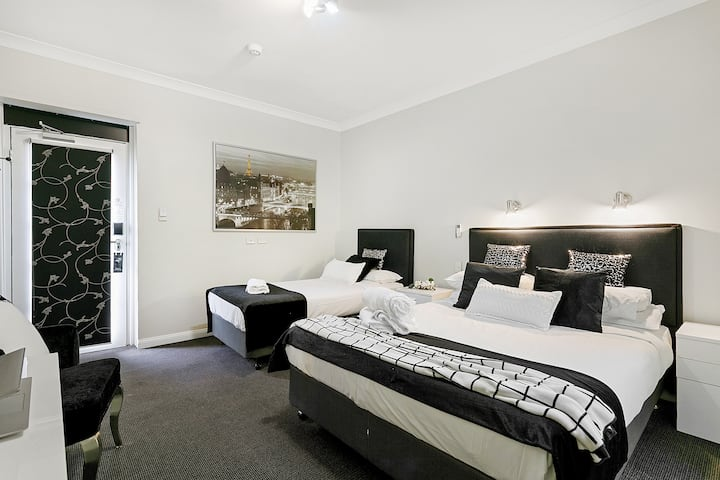 Stylish Superior Twin Room Close to Sydney Airport