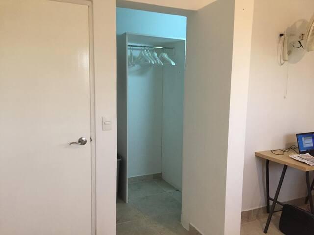 Slaapkamer 1 (Masterbedroom) met walking closet