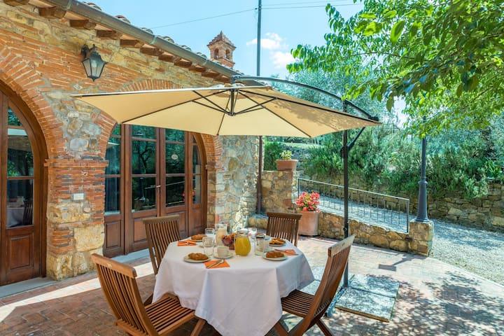 Midway Siena-Arezzo Farmhouse with 5 apts and pool