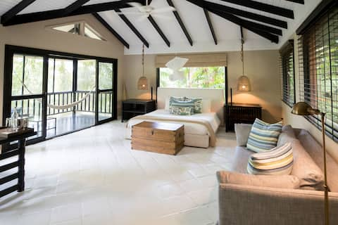 Luxurious King Bed Suite in the Jungle Near Punta Gorda