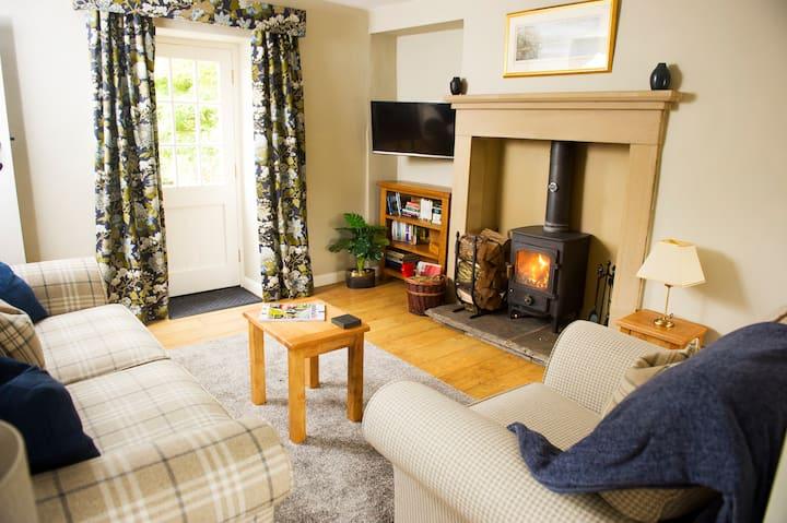 Charming cosy Lakeland cottage with log burner