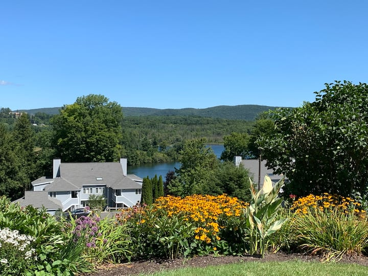 Fox Hollow Lakeside Condo, Minutes to Tanglewood