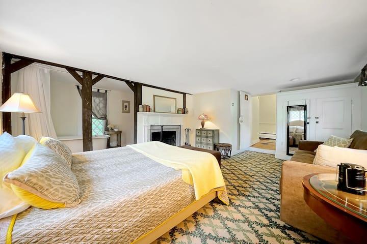 Cromwell Manor Inn - Hambleton Room   *NO PETS