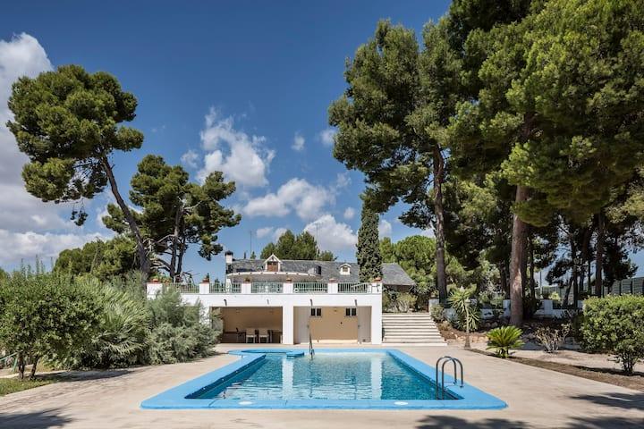 Exuberante villa-jardín en interior costa blanca