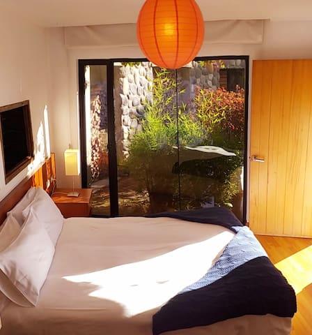 Las camas king, dobles  o individuales son muy cómodas, cada una con un plumón y cobija adicional.