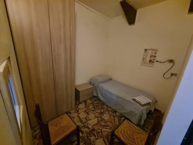 Vista generale della camerina (non ci sono finestre verso l'esterno, quella che si vede sulla sinistra e' una finestra che da sul soggiorno). L'ingresso che s'intravede sulla destra e' un'apertura verso il corridoio/soggiorno senza porta chiudibile.