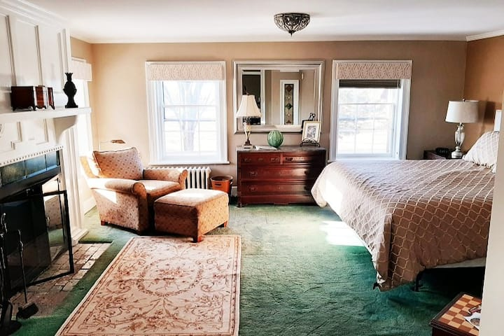 Cromwell Manor Inn - Arcarian Guest Room *NO PETS