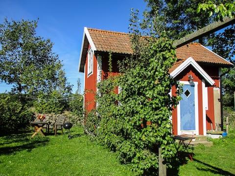 Stuga i lugnt läge i vacker trädgård i Vickleby.