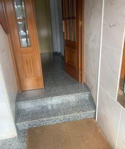 En el portal hay dos escalones, pero si se entra por el garaje, el ascensor está al mismo nivel.