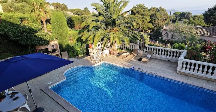 Villa avec grande piscine et vue mer