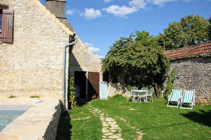Black Perigord  :  private pool and an open view