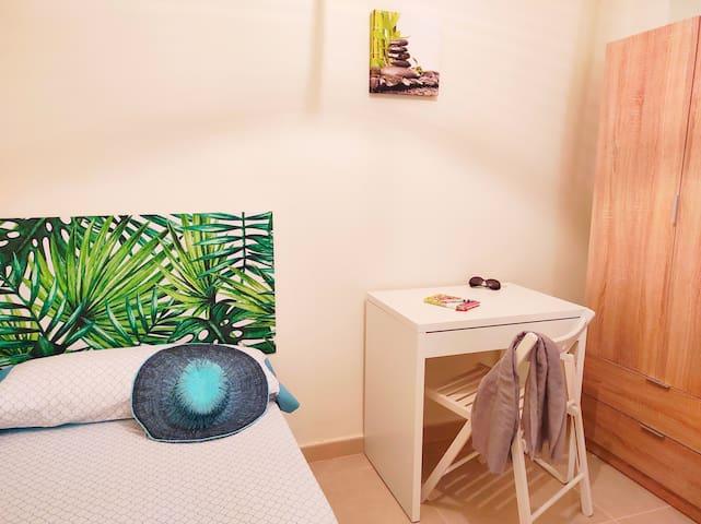 Habitacion individual con escritorio y armario (2 cajones abajo y arriba 2 puertas para colgar la ropa).