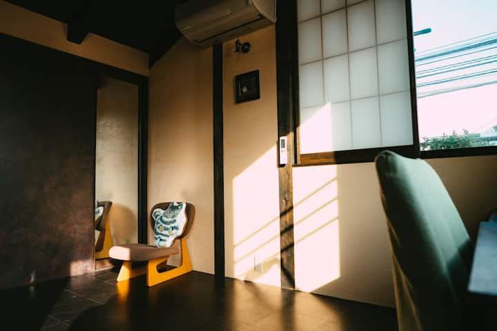 猫と緑と共生するモダン和風の家-2階洋室-「2匹の猫も待っています」