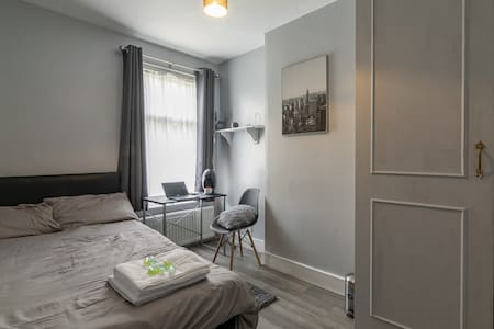 Double  Room in Charming House - Access to  City