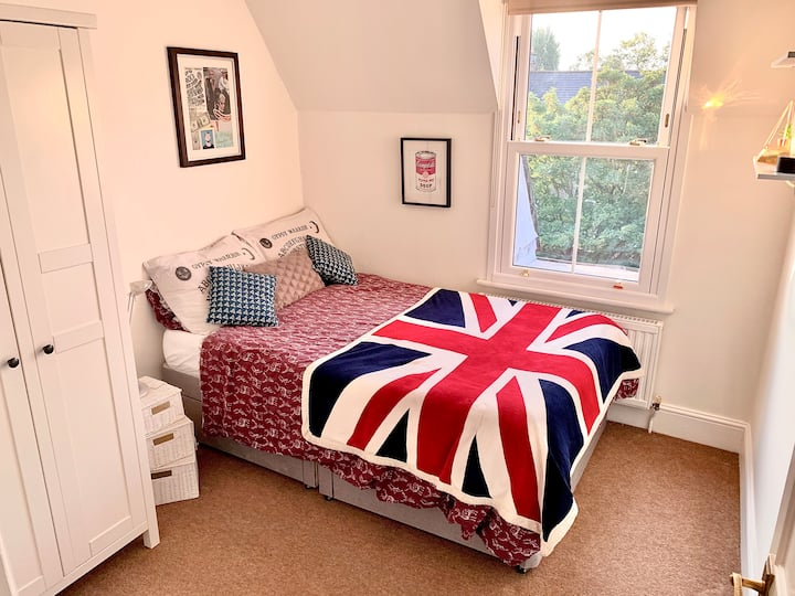 Cosy Double Room with Private Bathroom