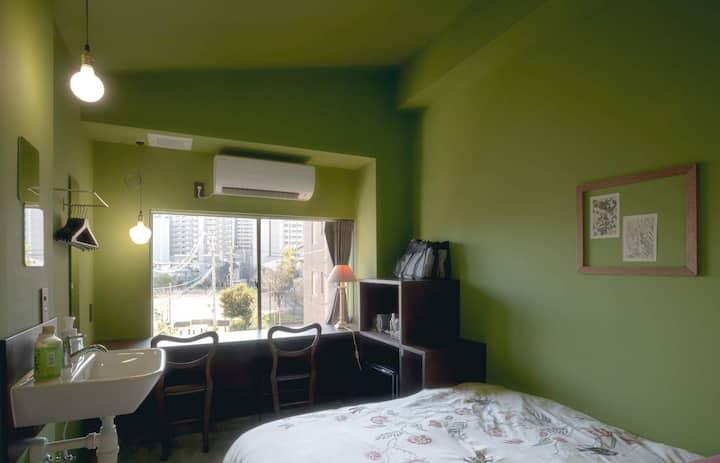 【金沢駅徒歩3分】欧風アパートメントホテルの小さなシングルベッドルーム