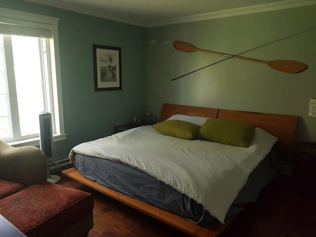 Chambre à coucher principale, lit king