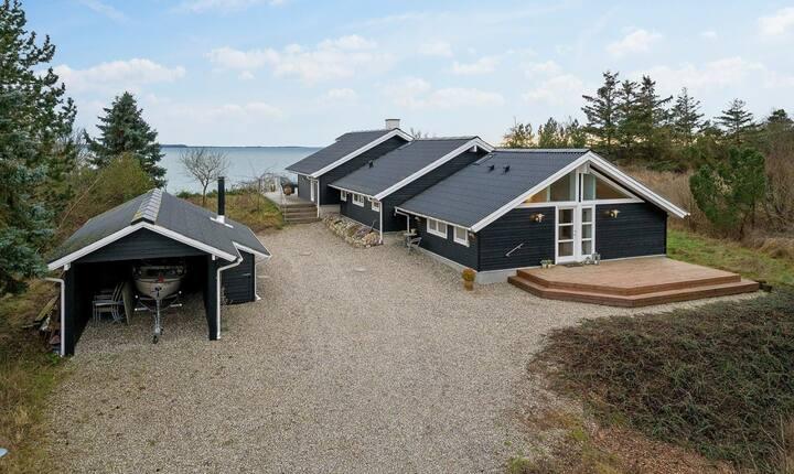 Luksus sommerhus med vandudsigt og egen båd/jolle