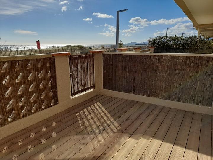Grand studio cabine terrasse ouvrant sur la plage