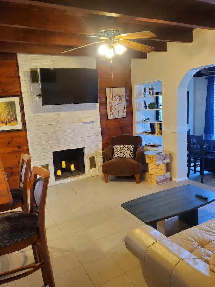 Hollywood cottage: 2 bedroom 2 bath. Close to all!