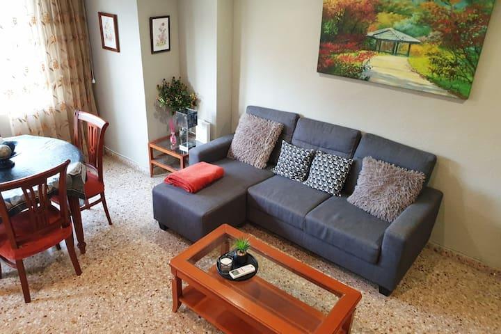 Salón principal luminoso con sofá chaiselongue