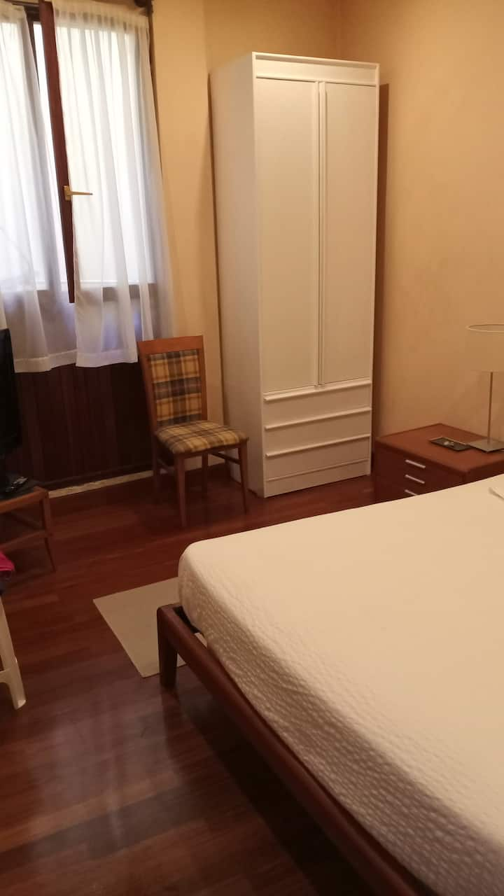Habitación en  Casco Viejo,  cama matrimonio. Vent