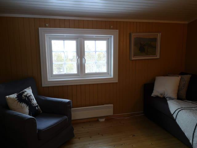 Soverom 3 innenfor kjøkkenet har en dobbel sovesofa 140cm. Rommet inneholder også sengetøy, fryser og microbølgeovn.
