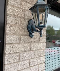 Er is verlichting bij de voordeur voor het sleutel kastje