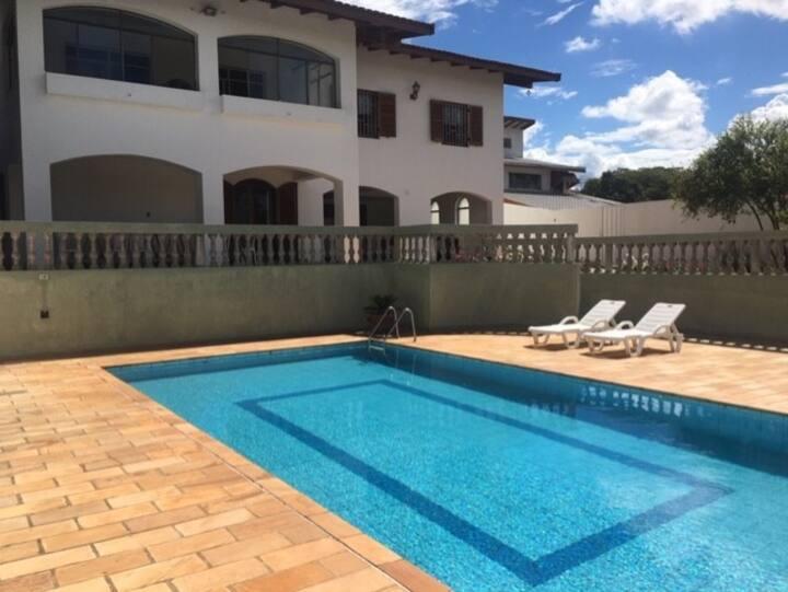 linda Casa Ampla-piscina-suites.centro de Avaré/SP