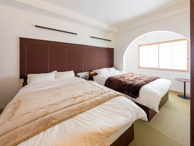 ダブルベット サイズ1400×1950×280のゆったりサイズ マットレスはねむり専科を採用 https://koki-c.com/2019/10/nemuri.html 3人以上からはベッドが共有になります