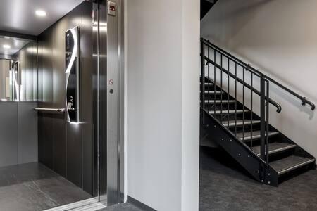 Bygget er sto ferdig i 2019 og er underlagt krav til universell utforming. Dette krever trappefri tilkomst, heis, brede døreinnghanger, elektriske døråpnere, for å nevne noe.