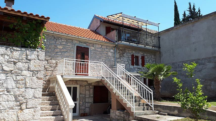 Stone house Porat, 100m from beach Porat
