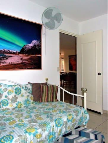 Entrada al dormitorio con Sofá cama y cama extraíble (para 2 personas);  Conste: sólo el dormitorio principal es provisto de aire acondicionado! Los demás dormitorios son provistos de ventiladores!