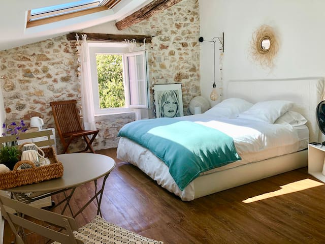 Charming beautiful guest room 1mn from the port.