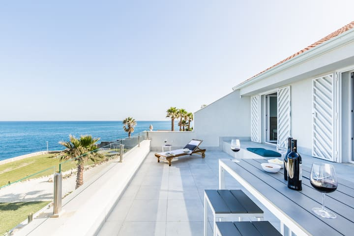 Seafront villa with jacuzzi and access to the sea
