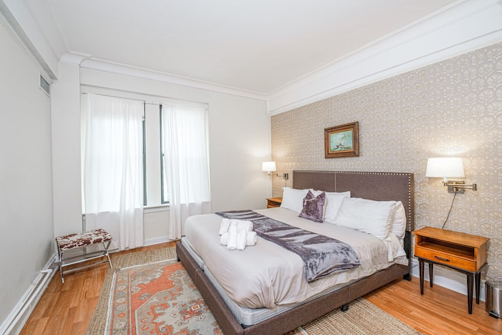 Stylish 1BR in Downtown + 100 Walk Score | Evonify